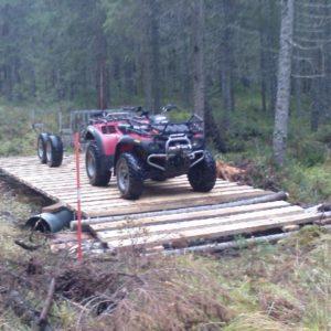 Hans och Dan testar hållbarheten på sin nybyggda bro.