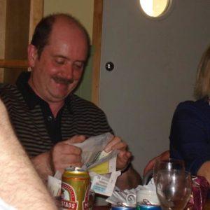 Sven öppnar sin present med stor spänning