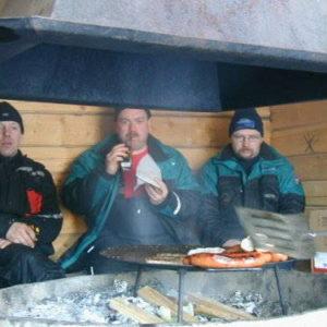 Stefan D , Sunkan och Pelle L vräker i sig korvar.