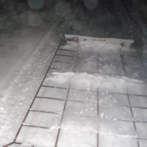 Har kortat av sladden något samt monterat högre fångplåt baktill , som fångar upp och pressar ihop den snö som rivs upp.