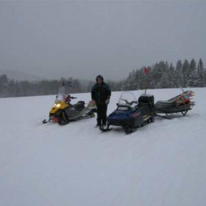 Bernt och Roland sätter ut skyltar och käppar i Pengsjö-området.