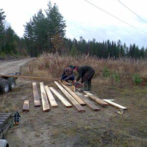 Peter och Stefan kapar till brädor för brobygget