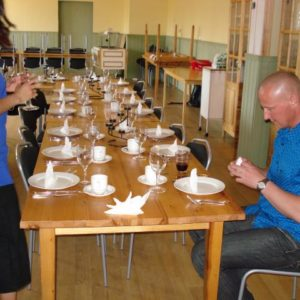Linda gav lektion i hur man viker servetter, sedan var det bara att sätta igång... inte så lätt faktiskt..