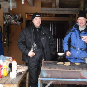 Micke och Peter skötte hamburgargrillningen, verkar på minen som om kaffet var lite beskt ??