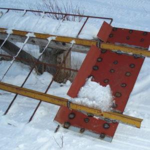 Modifierad med kladdplatta baktill. Har även svetsat på stålstavar för bättre stabilitet, minskar även risken att det blir för blankt och halt i spåret.