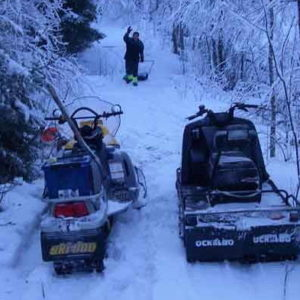 """Det kan även bli en hel del arbete med spade och snöskovel för att få till lederna. Här """"Rolle"""" in action"""