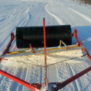 Färdigt resultat. Det blir optimalt om man drar in snö med rullsladden och går med en kombisladd efter och drar ut snösträngen som blir mitt i leden